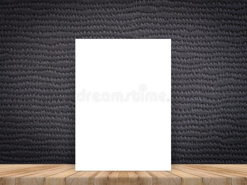Lege witte affiche die bij tropische houten lijstbovenkant leunen met dark stock afbeelding
