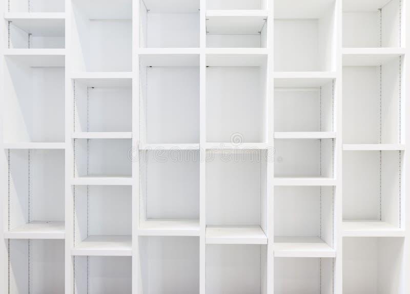 Lege Witte Boekenkast stock foto. Afbeelding bestaande uit shelving ...