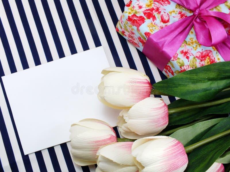 Lege witte groetkaart met mooie kunstbloemen en lege markering voor uw tekst royalty-vrije stock fotografie