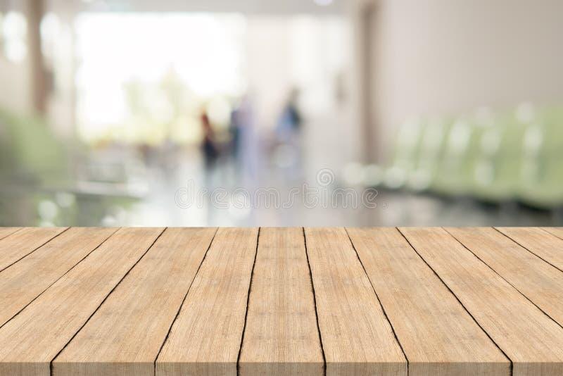 Lege witte houten lijstbovenkant op het binnenland van het onduidelijk beeldziekenhuis voor backgro royalty-vrije stock afbeeldingen