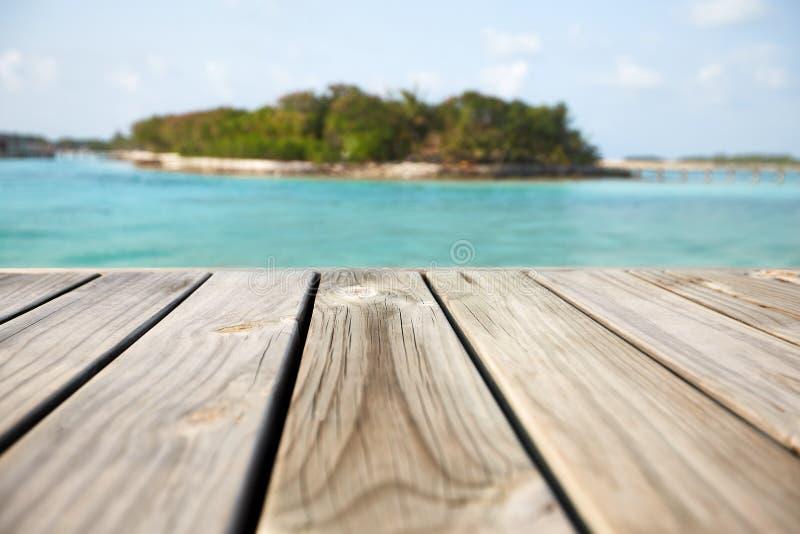 Lege witte houten oppervlakte over onduidelijk beeld blauwe oceaanlagune en hemel en tropisch voor productplaatsing en vertoning stock afbeeldingen
