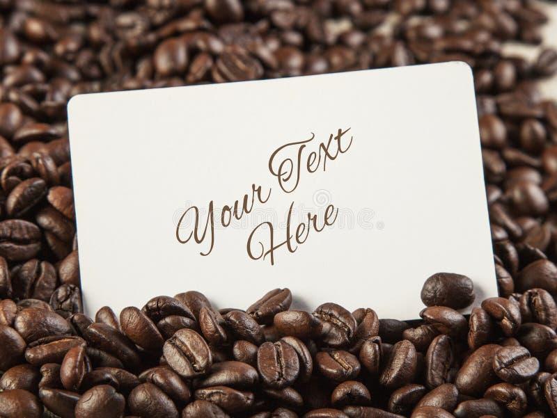 Lege witte kaart voor uw tekst op de achtergrond CLO van koffiebonen royalty-vrije stock foto