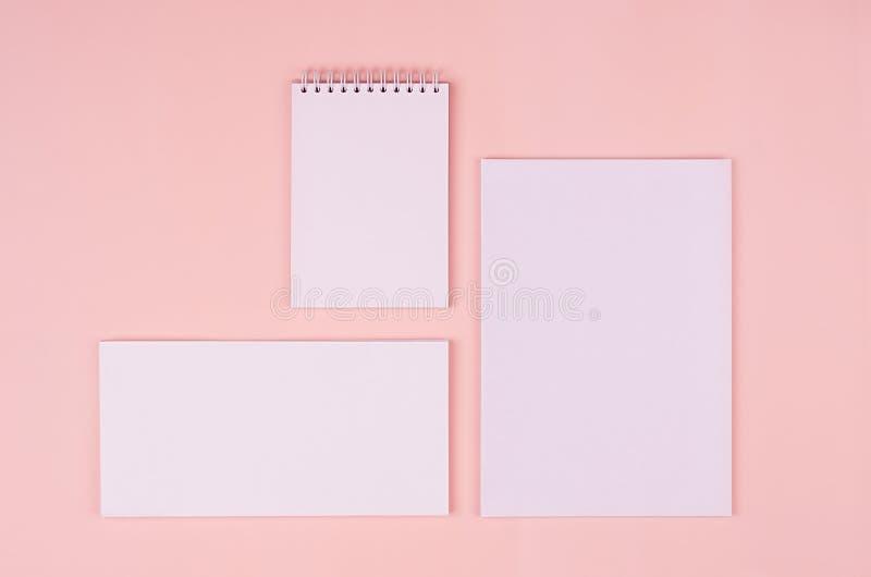 Lege witte kantoorbehoefteninzameling op elegante zachte pastelkleur roze achtergrond Collectief identiteitsmalplaatje Spot omhoo royalty-vrije stock afbeeldingen