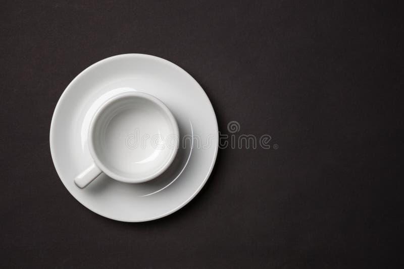 Lege witte kop voor espresso met schotel op zwarte achtergrond royalty-vrije stock foto's