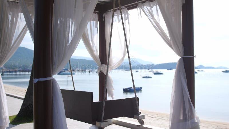 Lege witte luifelschommeling of terrasschommeling door het strand royalty-vrije stock foto