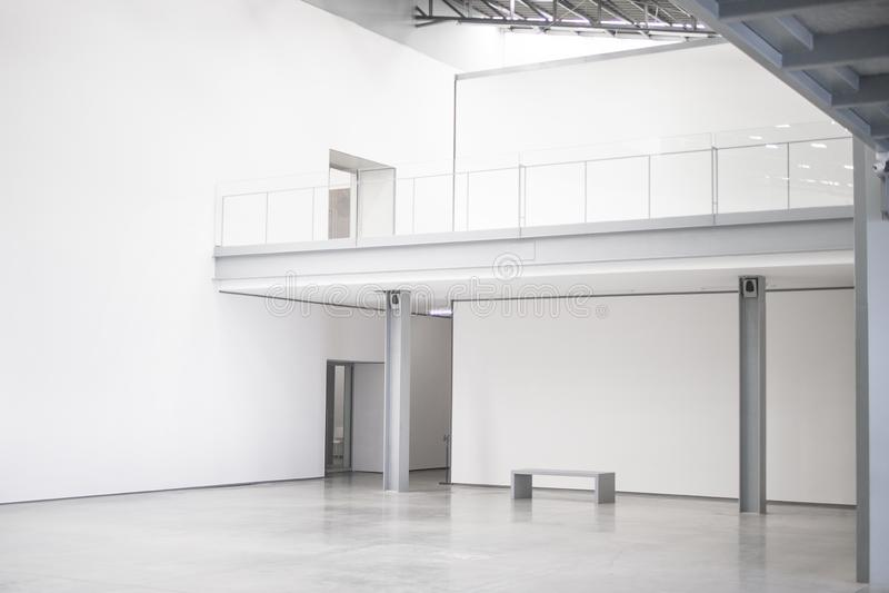 Lege witte lege moderne kunstgaleriezaal, het werk ruimte, open plek royalty-vrije stock foto's