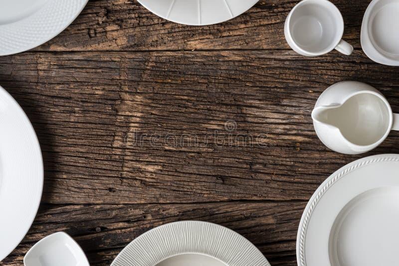 Lege witte plaat op houten lijst royalty-vrije stock afbeelding
