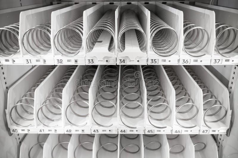 Lege witte planken van automaat stock foto