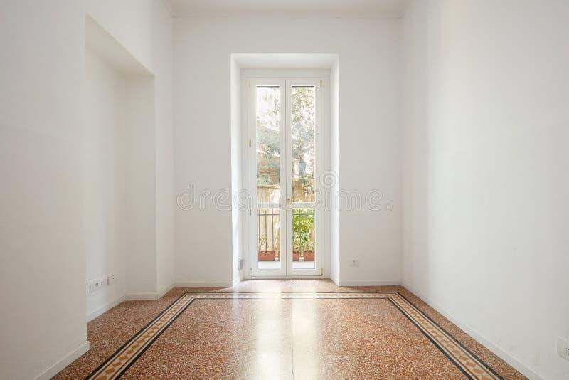 Lege, witte ruimte met groot venster in een vernieuwde flat stock foto's