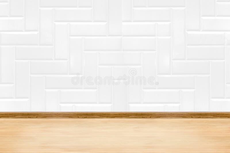 Lege witte schone keramische tegelmuur en houten vloerachtergrond, Mi stock foto's