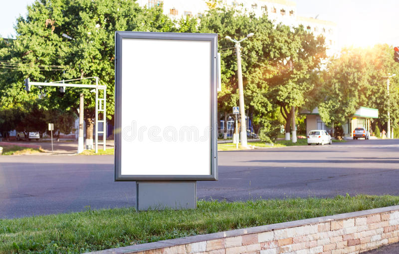 Lege witte spot omhoog van verticale lichte doos in een bushalte in mooi weer en zonneschijn royalty-vrije stock foto