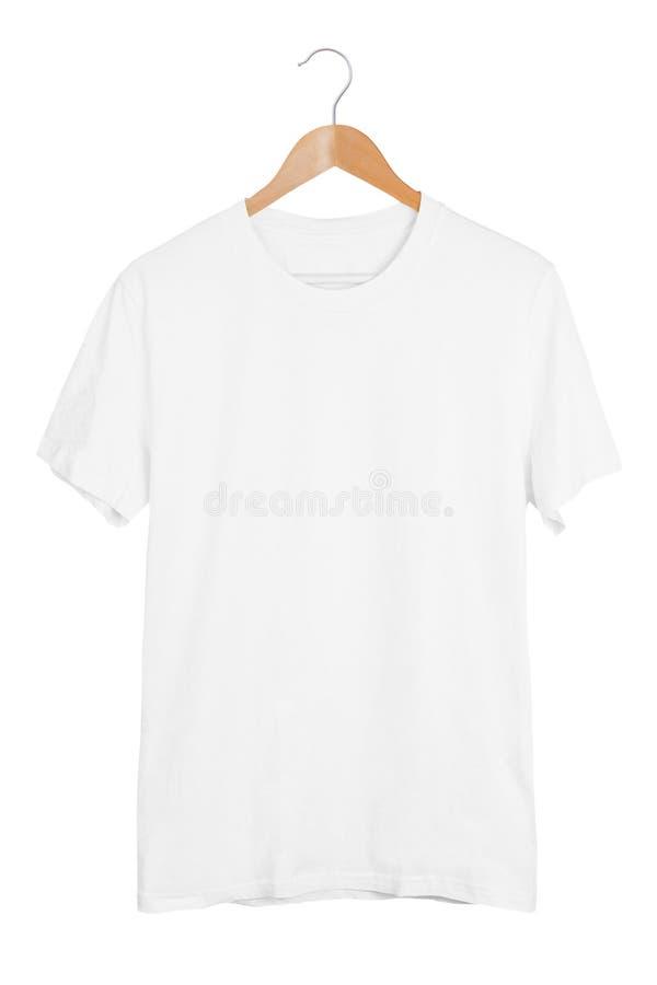 Lege witte t-shirt op houten hanger die op witte achtergrond wordt geïsoleerd royalty-vrije stock foto