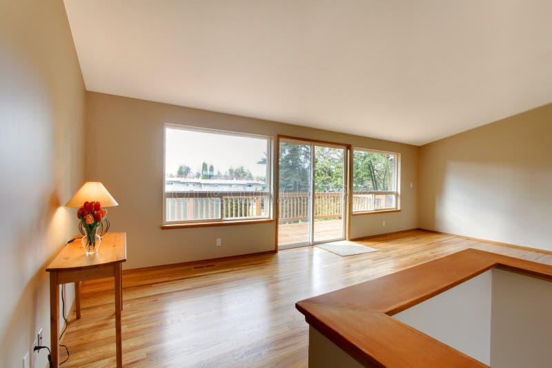 Lege woonkamer met een glasschuifdeur royalty-vrije stock foto