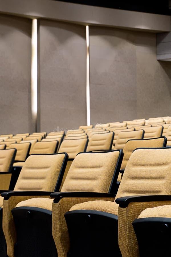 Lege zetel in auditorium of conferentiezaal stock foto