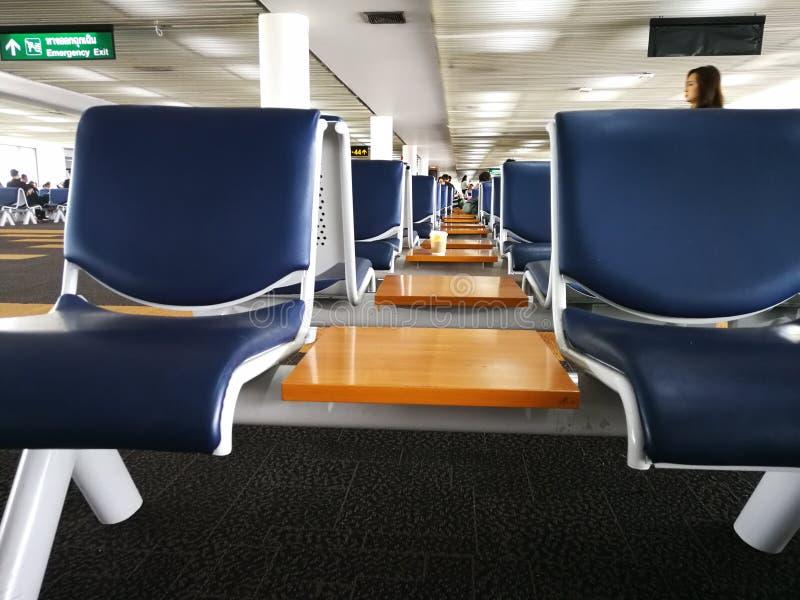 Lege zetels in de vertrekterminal van Don Muang Airport in Bangkok, Thailand stock afbeelding