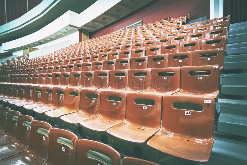 Lege zetels in het auditorium toning Concept: gebrek aan belangstelling, mislukking, boycot royalty-vrije stock foto's