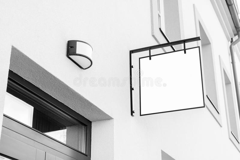Lege zwart-witte openlucht bedrijfssignage stock fotografie