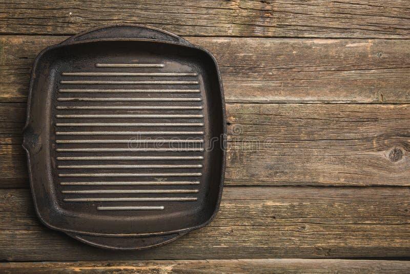 lege zwarte gietijzerpan op houten lijst royalty-vrije stock foto