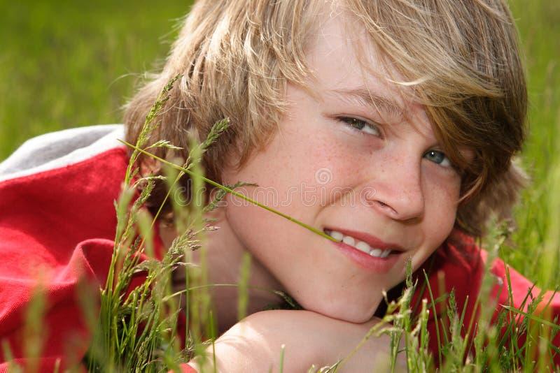 Legen in das Gras stockbilder