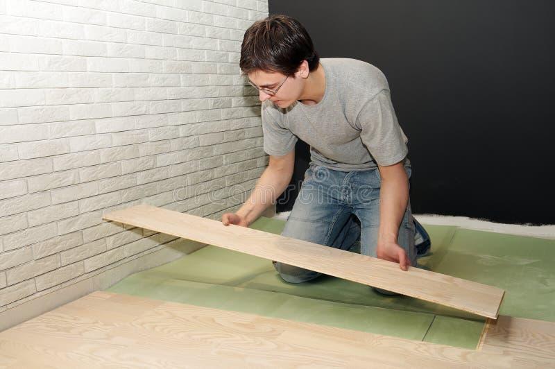 Legen der Arbeit mit lamelliertem Bodenbelag stockfoto
