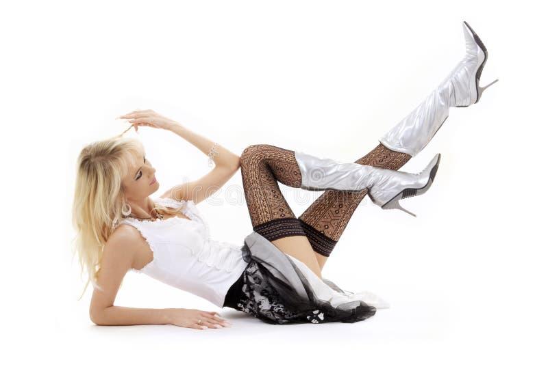 Legen der Blondine in den silbernen Matten lizenzfreie stockfotos