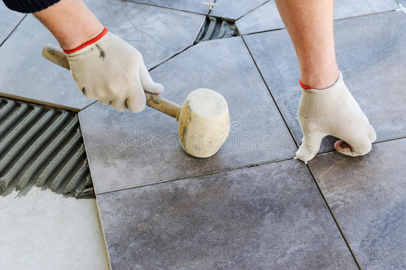 Legen der Keramikziegel lizenzfreie stockfotos