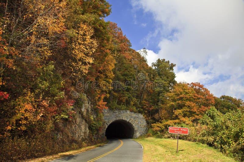 Berggipfel-Tunnel lizenzfreie stockfotografie