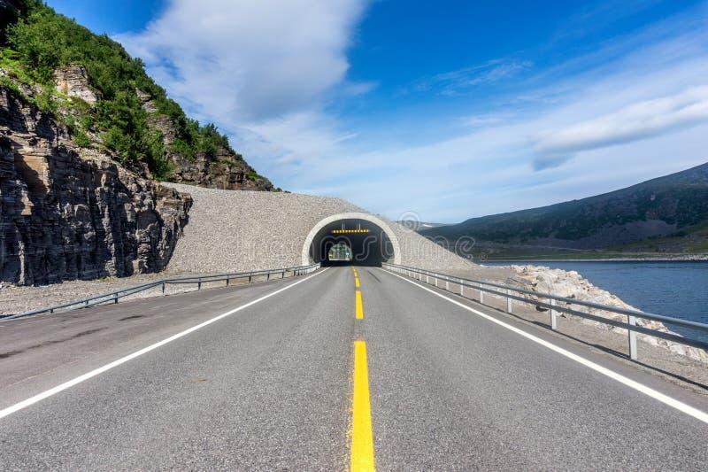Legen Sie auf der Küste von Porsanger-Fjord, Finnmark, Norwegen einen Tunnel an stockfoto
