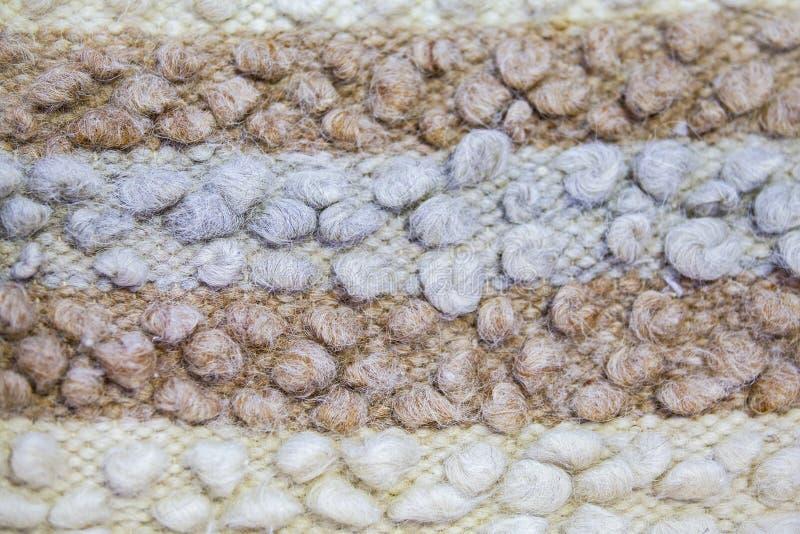 Legen Sie Beschaffenheit oder Decken von Schafe ` s Wolle mit Teppich aus Weißes braunes blaues Plaid von Schafe ` s Thread stockfotos
