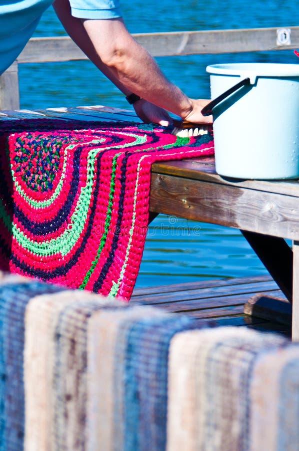 Legen Sie das Waschen mit Teppich aus stockfoto