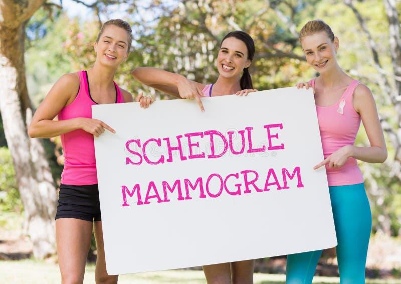 Legen Sie den Mammogrammtext und rosa Brustkrebsbewusstseinsfrauen fest, die Karte halten stockfotografie