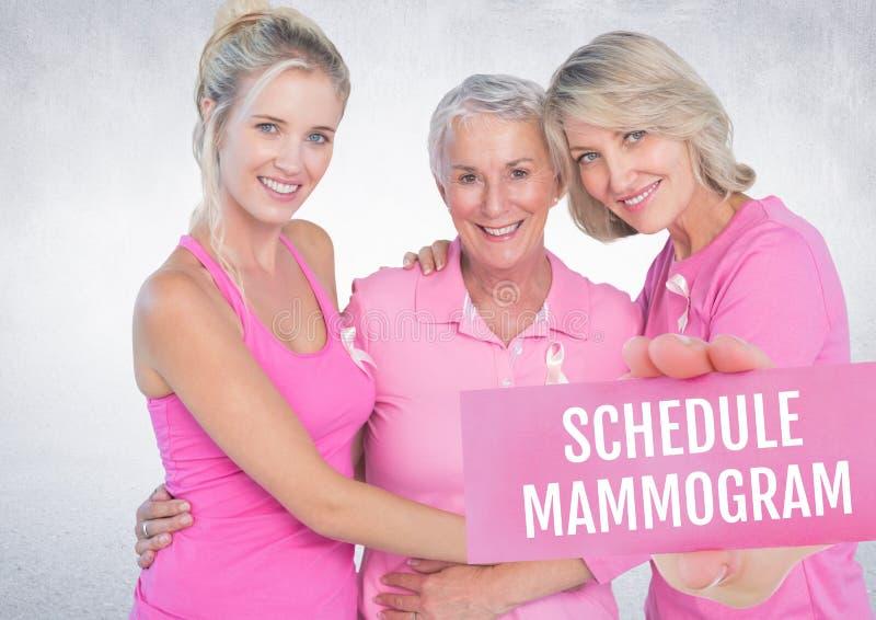 Legen Sie Mammogramm Text und Hand fest, die Karte mit rosa Brustkrebs-Bewusstseinsfrauen halten stockfotos