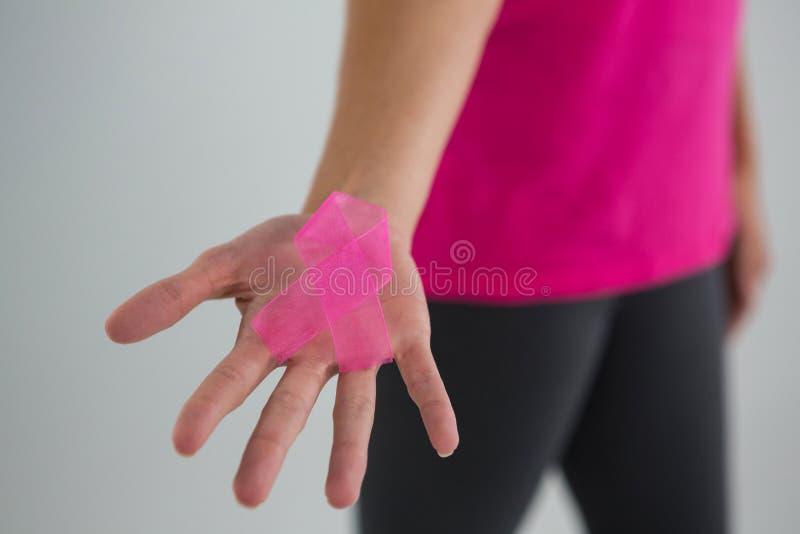 Legen Sie Mammogramm Text und Hand fest, die Karte mit rosa Brustkrebs-Bewusstseinsfrauen halten lizenzfreies stockbild