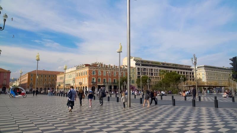 Legen Sie Massena in Nizza, die Fußgänger, die auf das historische Quadrat gehen und besichtigen lizenzfreies stockbild