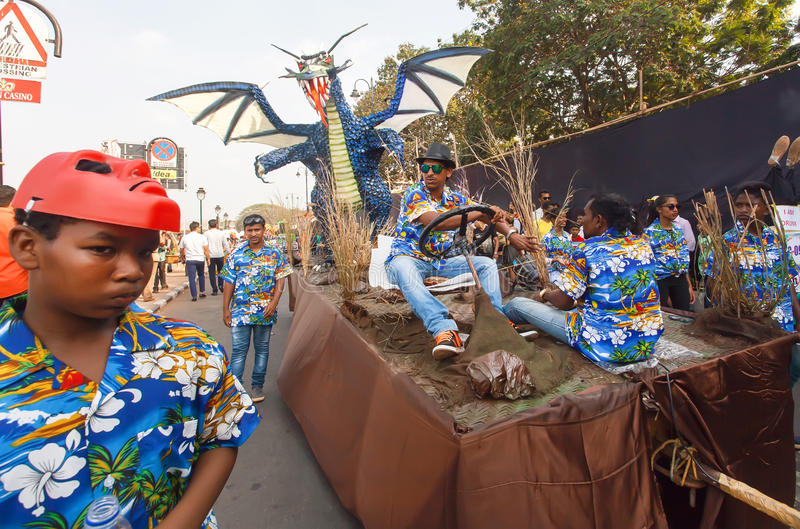 Legendarisk drakeleksakflyttning med plattformen på den fullsatta gatan under den traditionella Goa karnevalet arkivfoton