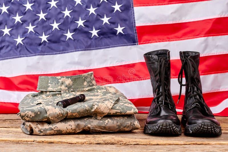 Leger militaire uitrusting met ons vlagachtergrond royalty-vrije stock fotografie