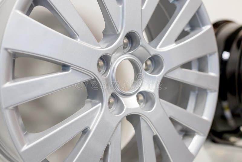 Legeringsbilhjul Sidosikt av den polerade Chrome bilkanten Aluminum hjul för lastbil Stålhjul Snabb bana arkivbild