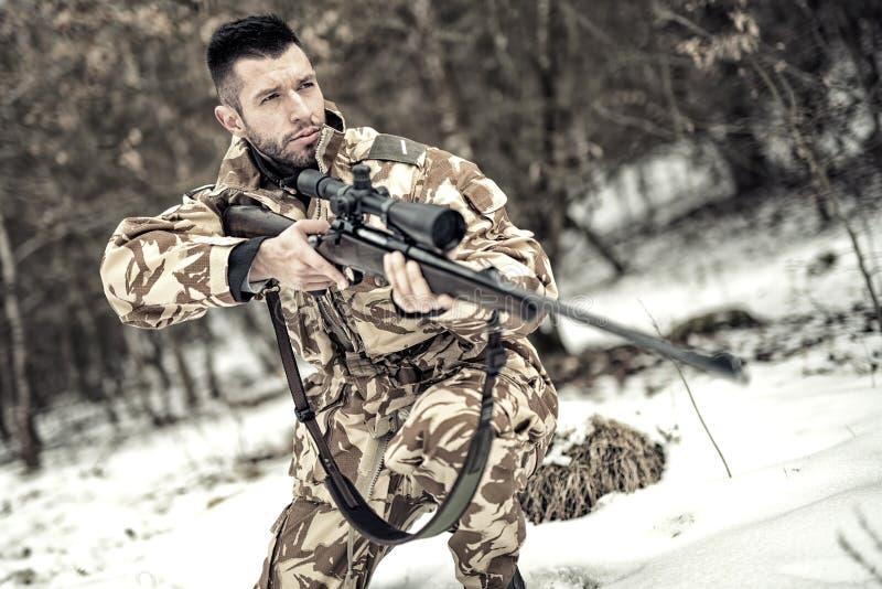 Legermarechaussee met kanon en geweer in verrichting op slagveld royalty-vrije stock fotografie