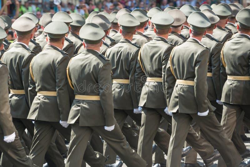 Legermilitairen die op militaire parade marcheren stock afbeelding