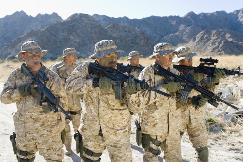 Legermilitairen met Geweren op een Opdracht royalty-vrije stock foto