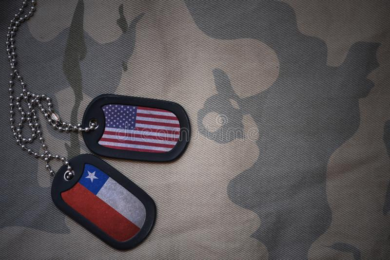 legerspatie, hondmarkering met vlag van de Verenigde Staten van Amerika en Chili op de kaki textuurachtergrond royalty-vrije stock fotografie