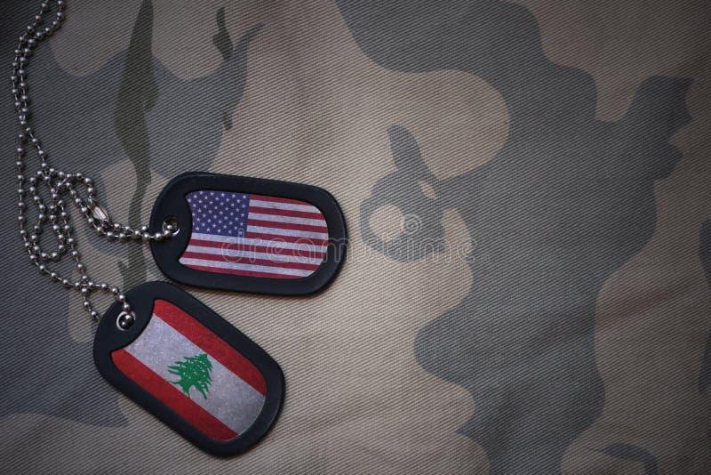 legerspatie, hondmarkering met vlag van de Verenigde Staten van Amerika en Libanon op de kaki textuurachtergrond royalty-vrije stock foto's