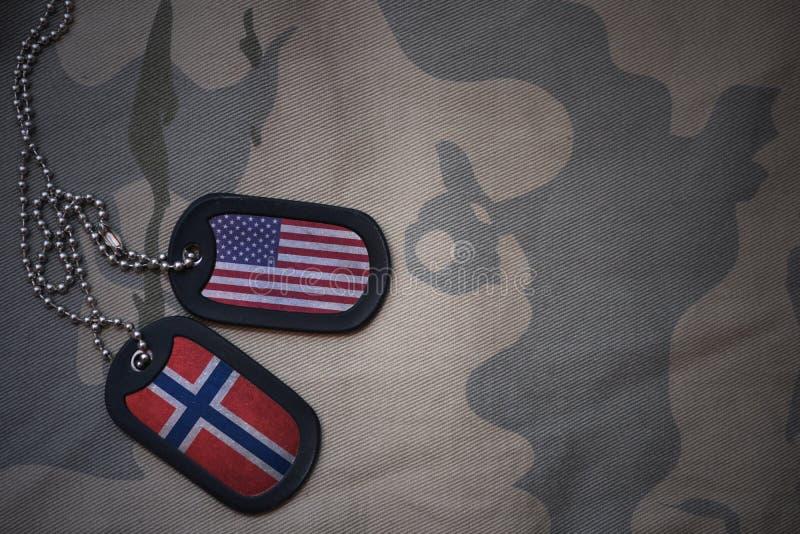 legerspatie, hondmarkering met vlag van de Verenigde Staten van Amerika en Noorwegen op de kaki textuurachtergrond stock afbeeldingen