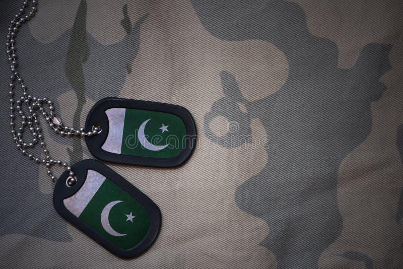 Legerspatie, hondmarkering met vlag van Pakistan op de kaki textuurachtergrond royalty-vrije stock afbeeldingen