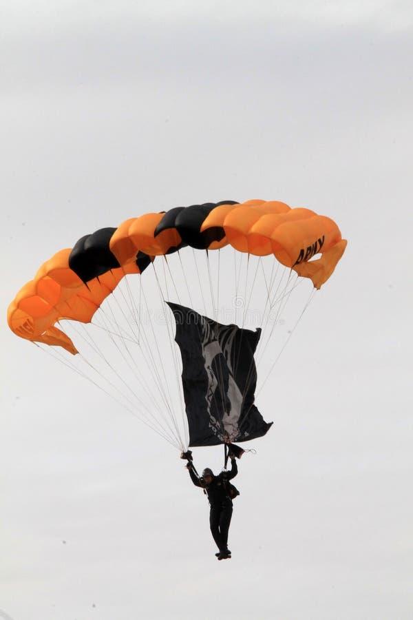 Legervalscherm skydiver over Hoeve, Florida stock foto