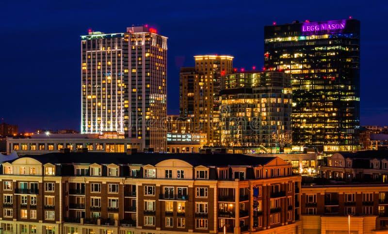Legg Mason Building e outro durante o crepúsculo do monte federal, Baltimore, Maryland. fotos de stock
