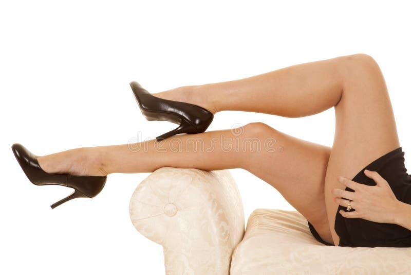 Leggen de de vrouwen zwarte rok en hielen benen stock fotografie