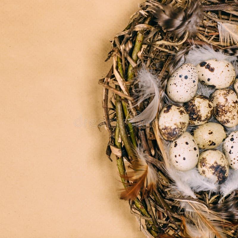 Leggen de rode eieren van close-uppasen met volks wit patroon rond op messingskandelaar naast document op rustieke houten raad Oe royalty-vrije stock foto's