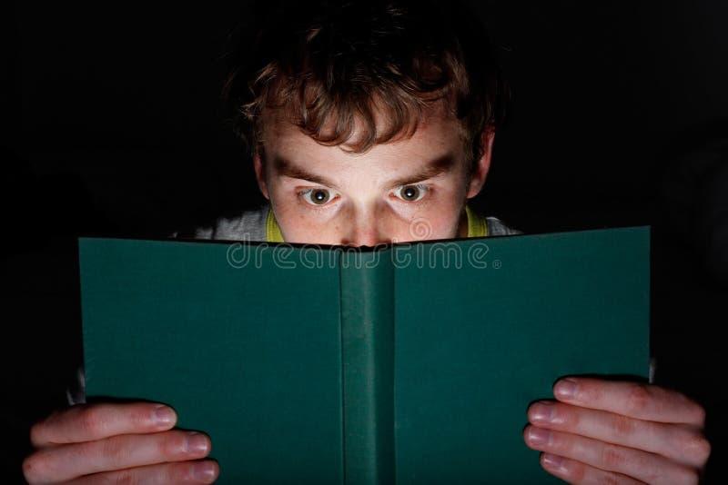 Leggendo alla notte immagini stock libere da diritti