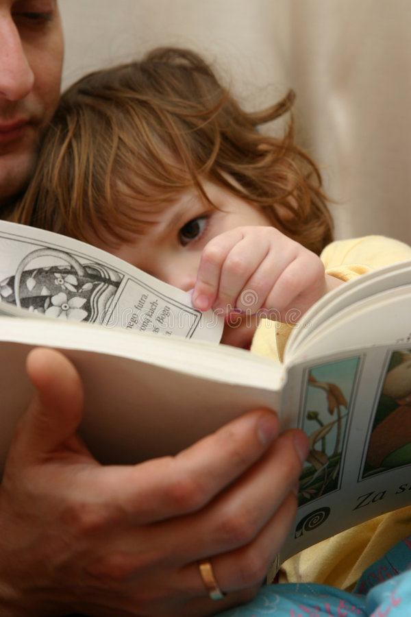 Leggendo con il papà immagini stock
